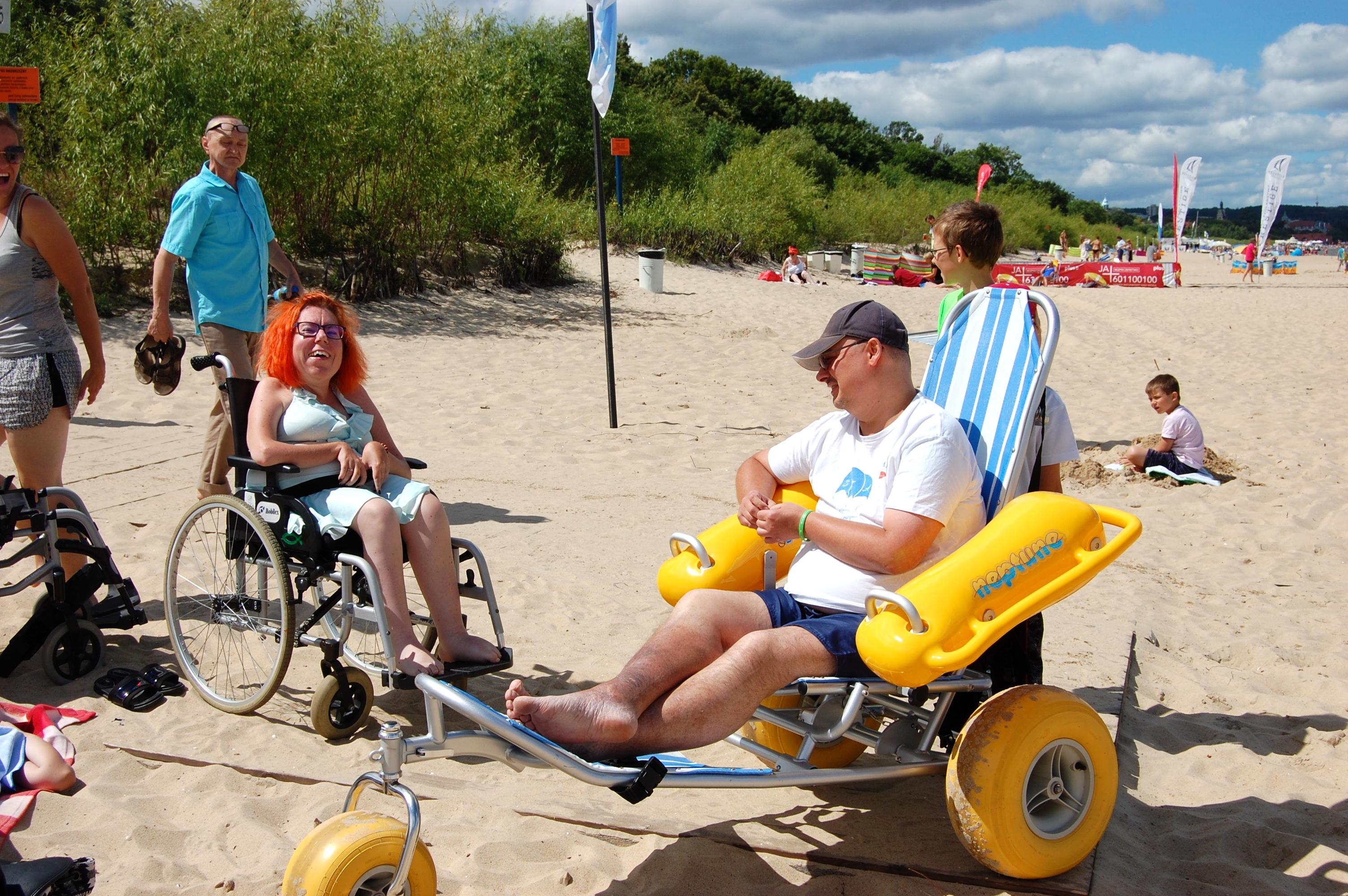 Osoby chorujące na zanik mięśni, siedzące na plaży w Sopocie.