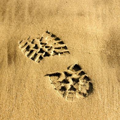ślad buta odciśnięty na piasku