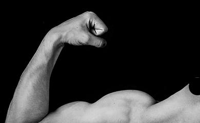 napięta ręka w geście pokazującym siłę