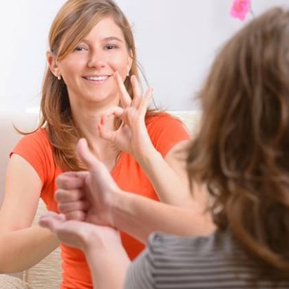 Dwie kobiety wykorzystujące język migowy