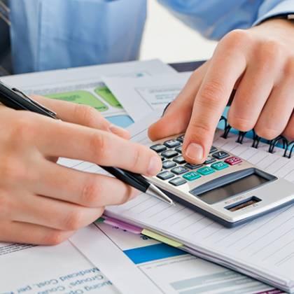 Mężczyzna liczący na kalkulatorze