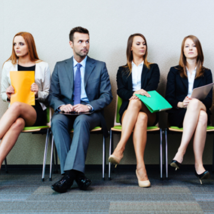 Młodzi ludzie siedzią i czekają w kolejce na rozmowę z pracodawcą.