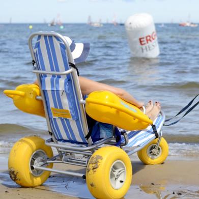 Na zdjęciu widoczny jest wózek do kąpieli dla osób z dysfunkcją ruchu.
