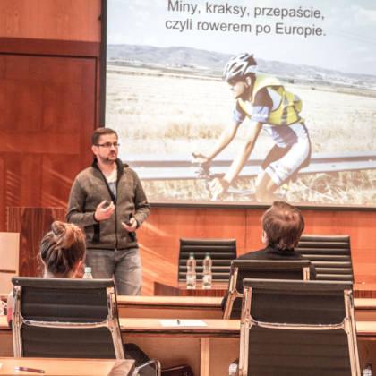 Wojciech Choszcz dzieli się swoją historią ze słuchaczami.