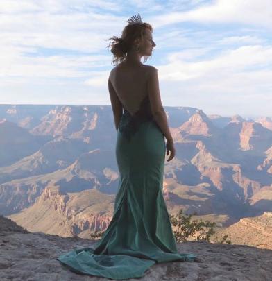 Zdjęcie Iwony Cichosz - aktorki filmu na tle Wielkiego Kanionu Kolorado