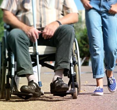 Grafika - spacer mężczyzny poruszającego się na wózku w towarzystwie kobiety