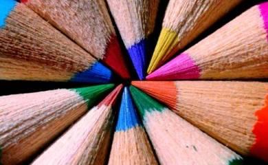 Kolorowe kredki jako symbol różnorodności