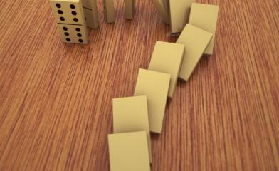 Znak zapytania ułożony z klocków domino
