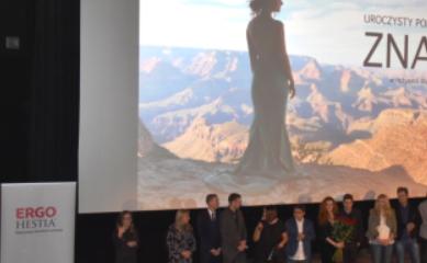 Scena, na której stoją osoby zaangażowane w produkcję filmu ZNAKI. W tle widoczny ekran.