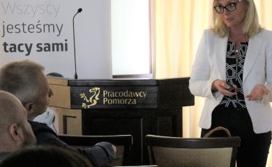 Zdjęcie Moniki Truszkowskiej -Bednarek prezes zarządu Fundacji Integralia przemawiającej podczas wystąpienia