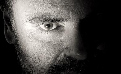 Męska twarz, połowa jest zaciemniona