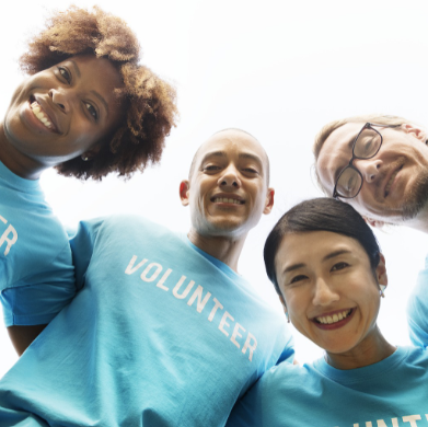 Czwórka uśmiechniętych wolontariuszy