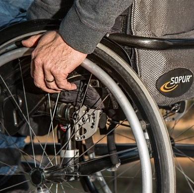 Koło od wózka aktywnego, napędzanego przez mężczyznę.